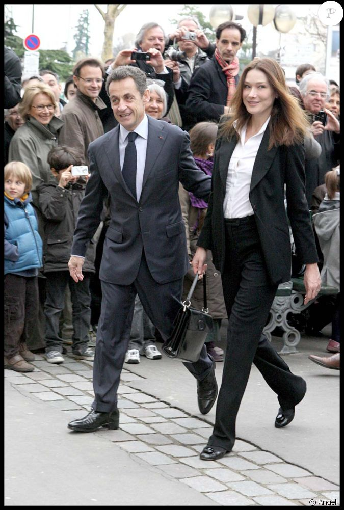 carla bruni et nicolas sarkozy sur le chemin du bureau de. Black Bedroom Furniture Sets. Home Design Ideas