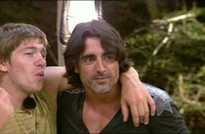 La Ferme Célébrités en Afrique : Incroyable ! Regardez Mickaël redevenir ami avec Greg et David... et massacrer des chansons !