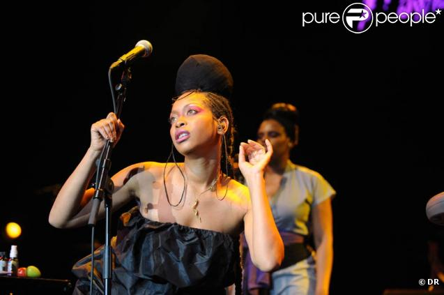 erykah badu strip tease public int gral et meurtre brutal son nouveau clip fait scandale. Black Bedroom Furniture Sets. Home Design Ideas