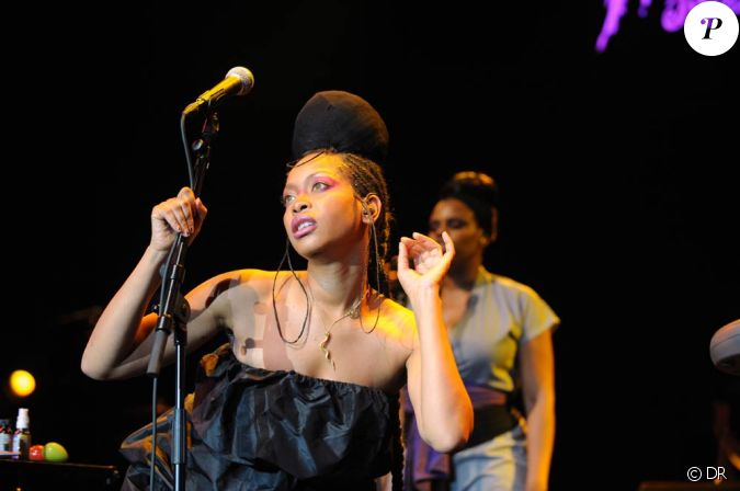 erykah badu r alise une performance artistique choc pour le clip de window seat qui la voit se. Black Bedroom Furniture Sets. Home Design Ideas