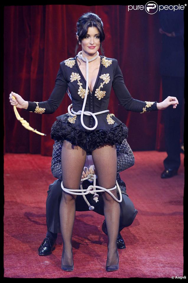 Jenifer se fait ligoter par Martin Lamotte pour le Gala de l'Union des Artistes au Cirque d'Hiver Bouglione le 29 mars 2010
