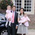 La famille royale des Pays-Bas était au complet pour le baptême de la petite Eliane (à droite dans les bras de sa maman, tandis que sa soeur Magali est dans ceux de son père, le prince Floris), le 28 mars 2010