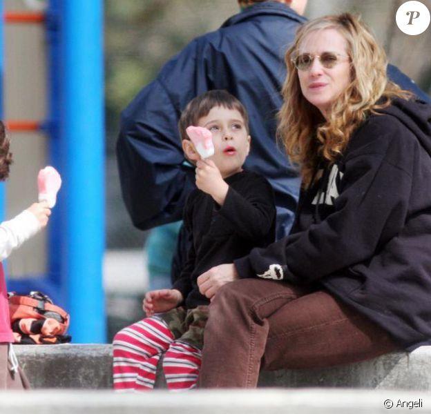 Holly Hunter à Los Angeles avec ses jumeaux dans un parc le 25 mars 2010