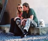 Johnny et Laeticia Hallyday avec leur bichon maltais Lucas à Vichy en juillet 2000<br />