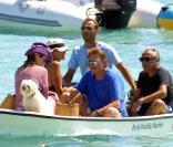 Johnny et Laeticia Hallyday avec Lucas, leur bichon maltais, et Michel et Anne-Marie Sardou, en Corse en août 2001