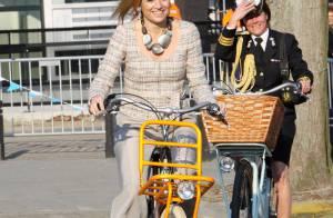 Ça y est, la princesse Maxima des Pays-Bas sait... faire du vélo !