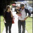 Cam Gigandet passe une belle journée à Los Angeles le 13 avril 2010 avec sa compagne Dominique et leur fille Everleigh