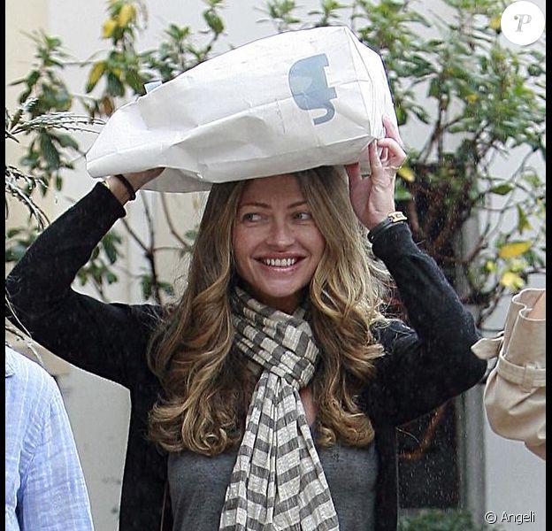 Rebecca Gayheart fait du shopping à Los Angeles et n'a trouvé que ses sacs pour se protéger de la pluie le 20 avril 2010