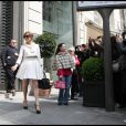 Jennifer Lopez sort de la boutique Lanvin, à Paris. Elle est vêtue d'une tenue Paule Ka. 26/04/2010