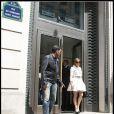 Jennifer Lopez à la sortie de la boutique Lanvin, à Paris. Elle est radieuse dans sa tenue Paule Ka. 26/04/2010