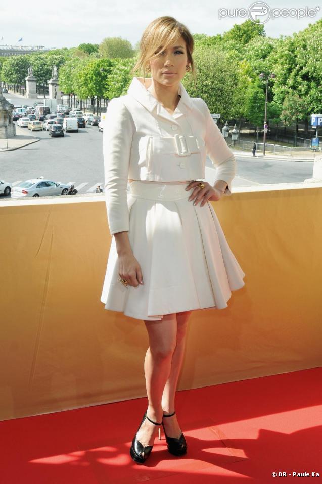 Jennifer Lopez, à Paris, vêtue d'une tenue Paule Ka, sort de la conférence de presse du film  Le Plan B . Avril 2010