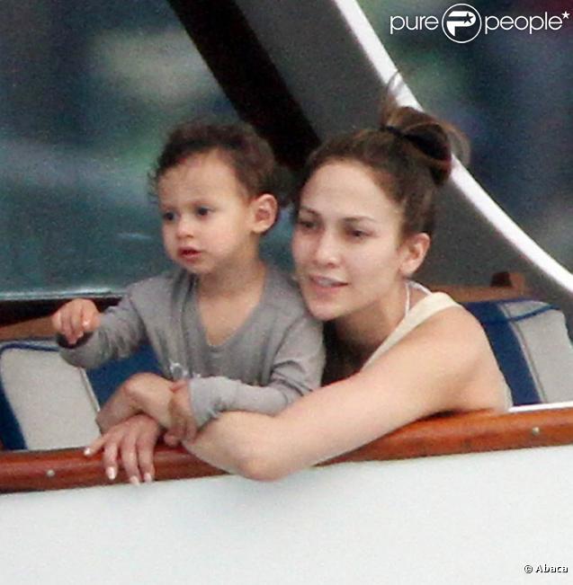 Jennifer Lopez avec son fils Max dans les bras, et la petite Emme non loin, dans un bateau au large de Miami