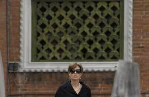 Angelina Jolie : En total look black et collier de perles, elle joue la carte mémère... mais reste divine !