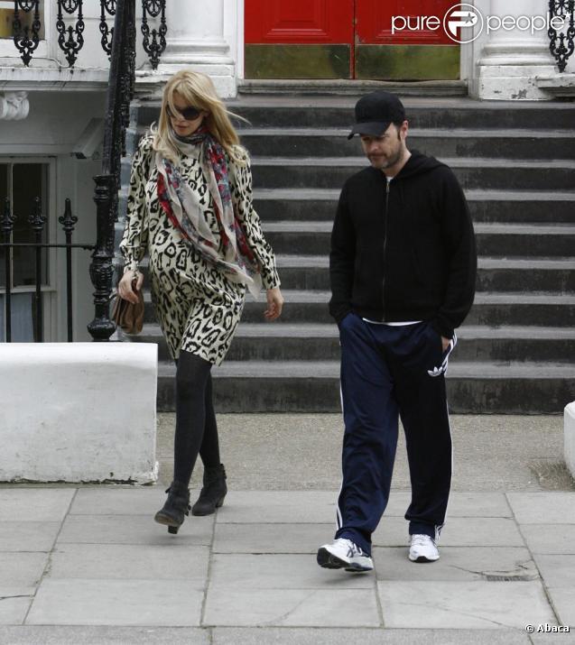 Claudia Schiffer à Londres, à la sortie de son domicile avec son époux Matthew Vaughn. Le 6 mai 2010
