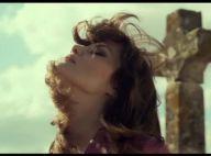 Loin de la polémique Polanski, Emmanuelle Seigner joue la carte hippie, fatale et sexy dans son nouveau clip !