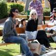 Gwen, Gavin et leurs deux bouts d'chou vont faire du shopping, puis se rendent au parc, à Malibu. Mai 2010