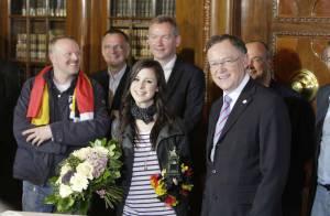 La gagnante de l'Eurovision 2010 fait un retour triomphal en Allemagne, mais son passé sexy ressurgit !