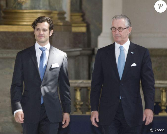 A gauche le prince carl philip lors de la publication des bans du mariage de victoria de su de - Publication banc mariage ...