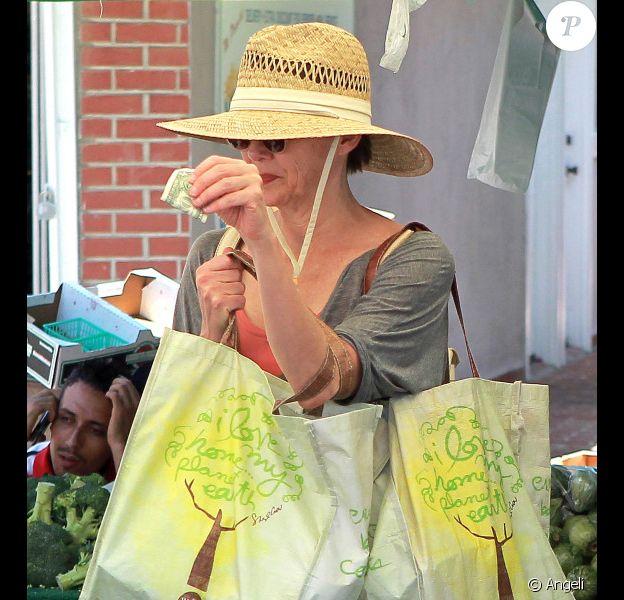 Annette Bening fait les courses au marché à Los Angeles le 13 juin 2010