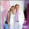 Béatrice Rosen prend la pose avec le président de Lancel Marc Lelandais lors de la soirée pour le lancement du B.B Bag de Lancel au Salon France Amerique à Paris le 14 juin 2010