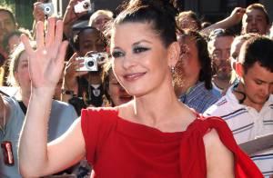 Catherine Zeta-Jones mise sur une robe élégante mais rate son maquillage !