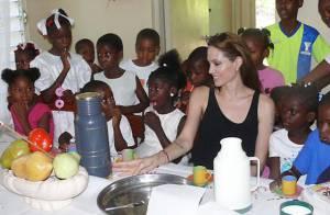 Regardez Angelina Jolie transmettre un témoignage difficile, puis se transformer en mère Noël !