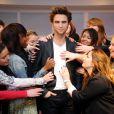 Robert Pattinson assailli par les fans, au musée de Madame Tussaud.
