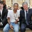 Antoine Arnault, Pharrell Williams, et Yves Carcelle lors du défilé Louis Vuitton à Paris, le 24 juin 2010