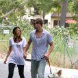 Miley Cyrus et Liam Hemsworth, promenade en amoureux dans les rues de Toluca Lake le 26 juin 2010.