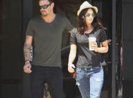 Megan Fox et Brian Austin Green, deux jeunes mariés amoureux et passionnés, qui se câlinent au soleil couchant...