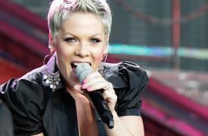 Pink : Transformée en archange, elle survole Londres... avant de sortir jarretière et collants résille !