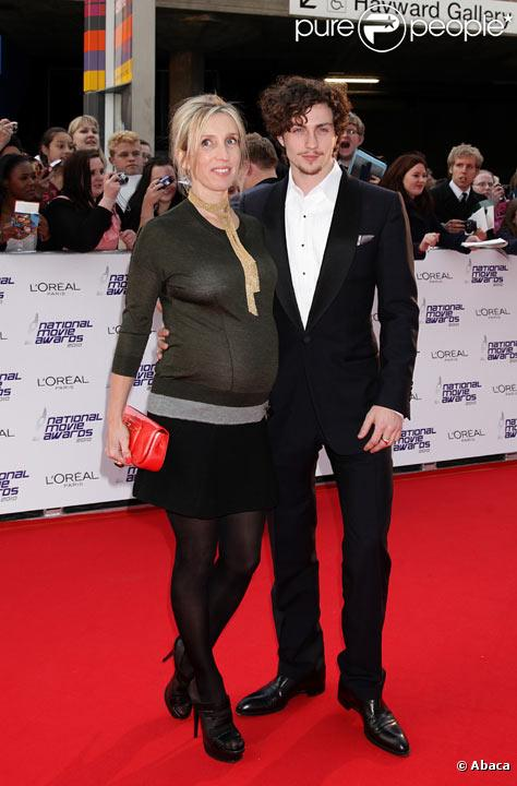 Sam Taylor-Wood enceinte et Aaron Johnson posent avant les National Movie Awards britanniques en mai 2010