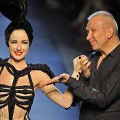 Quand Dita Von Teese crée la surprise chez Gaultier... en se déshabillant sur le podium !