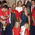Leonor et Sofia, filles de Felipe et Letizia d'Espagne, sont ravissantes en supportrices de l'Espagne au Palais Royal, à Madrid. 12/07/2010