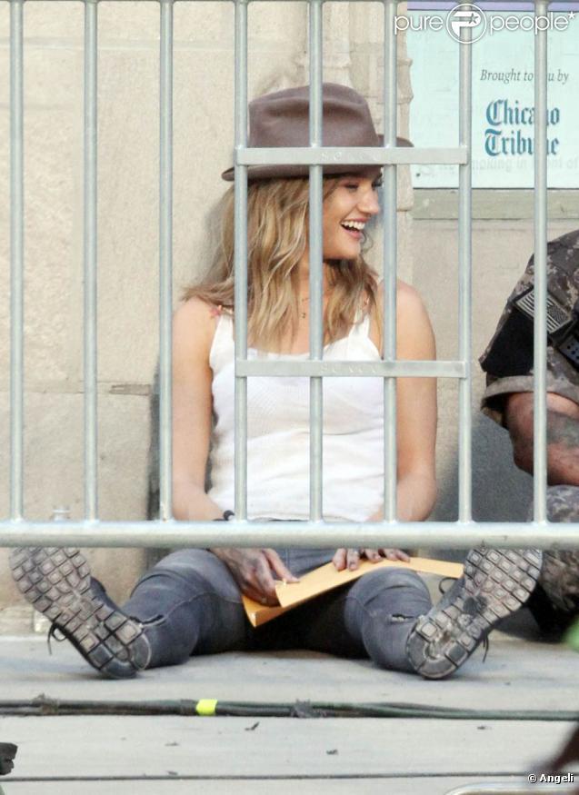 Shia LaBeouf et Rosie Huntington-Whiteley sur le tournage de  Transformers 3 , de Michael Bay, à Chicago, le 18 juillet 2010.