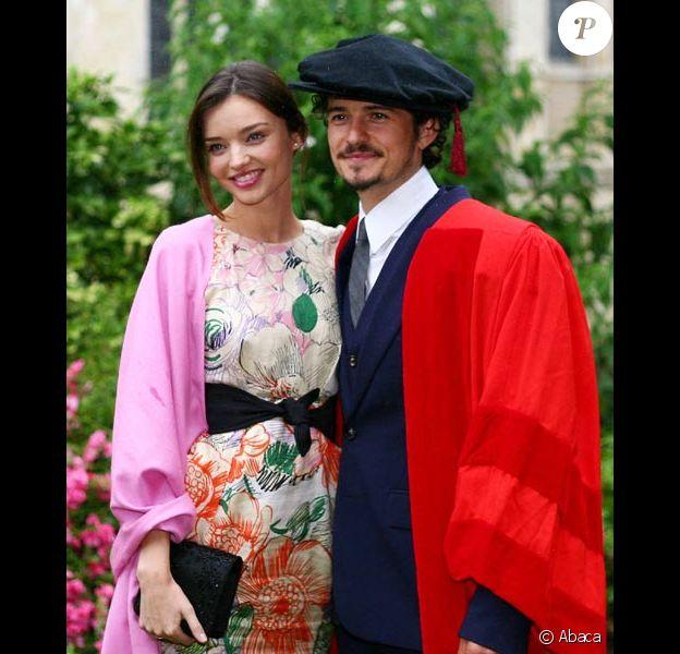 Orlando Bloom reçoit le diplome Honoris Causa de l'université de Kent en Angleterre, le 13 juillet 2010, en compagnie de sa fiancée Miranda Kerr