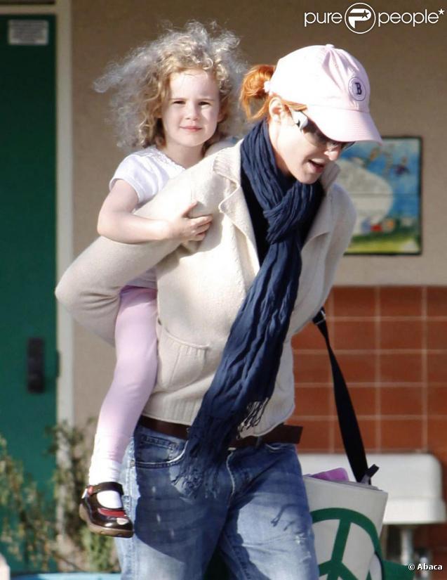 Marcia Cross s'occupe de l'une de ses adorables jumelles dans un parc de Brentwood à Los Angeles le 24 juillet 2010