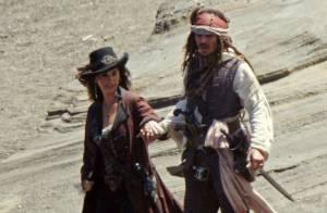 Penélope Cruz : La jeune mariée retrouve Johnny Depp sur une plage de Hawaï...