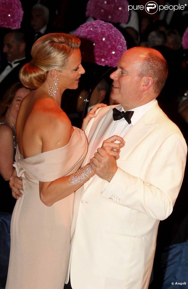 La 62e édition du gala de la Croix Rouge Monégasque, le 30 juillet 2010, a accueilli plus de 800 convives dans un décor inspiré de l'âge d'or des paquebots. Le prince Albert présidait la soirée avec sa sublime fiancée, Charlene Wittstock.