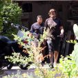Jeudi 5 août, Dean McDermott, l'époux de la comédienne Tori Spelling, remonte à moto pour la première fois depuis son accident, survenu le 1er juillet.