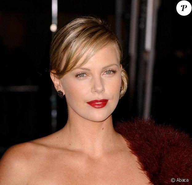 Charlize Theron, une beauté lumineuse sur tapis rouge