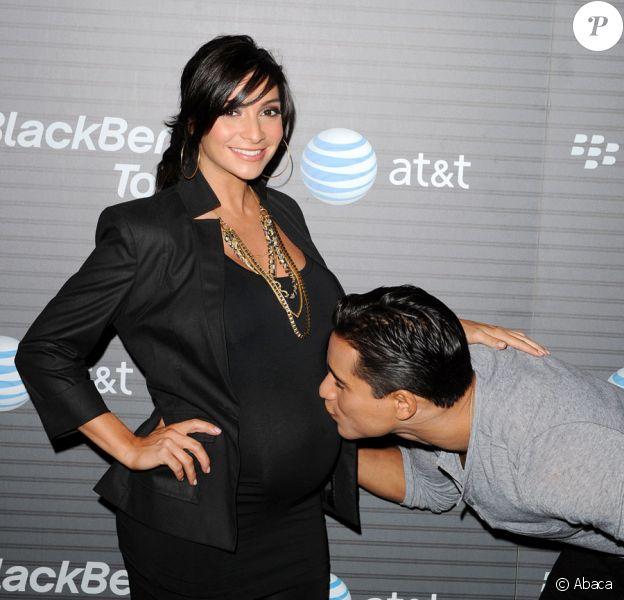 Mario Lopez et sa compagne Courtney Mazza, enceinte, à la soirée Blackberry Torch le 11 août 2010 à Los Angeles