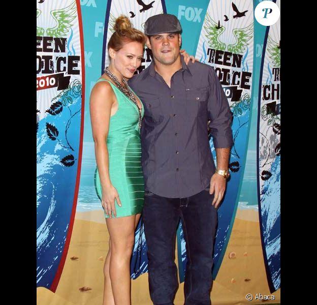Hilary Duff et Mike Comrie posent lors de cérémonie de Teen Choice Awards à Los Angeles en août 2010