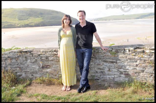 Le premier ministre anglais David Cameron et son épouse Samantha, enceinte, en vacances à Cornouailles le 22 août 2010