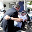 Jean-Marie Bigard a testé la vie en chaise roulante pour l'association Handynamic, ici avec Xavier Bertrand