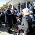Amanda Lear a testé la vie en chaise roulante pour l'association Handynamic, ici avec Xavier Bertrand