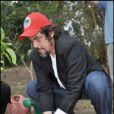 Benicio Del Toro a visité une école brésilienne à Guaramera gérée par le Mouvement des travailleurs ruraux sans-terre le 16 septembre 2010