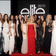 Alexandra Golovanoff entourée des 10 finalistes lors de la finale Elite Model Look à Paris le 23/09/10