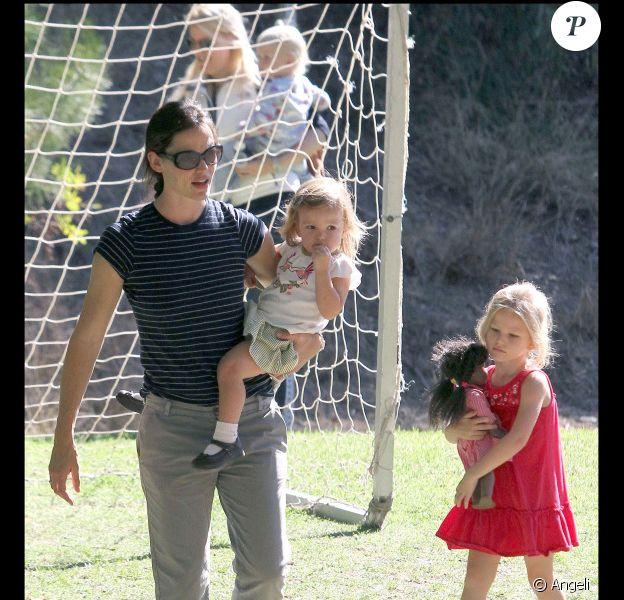 Jennifer Garner emmène sa fille Seraphina voir un match de foot avec  Violet (Brentwood, 25 septembre 2010)