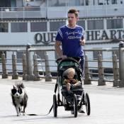 Ethan Hawke : Avec sa petite dernière, il s'essaie au jogging-poussette !